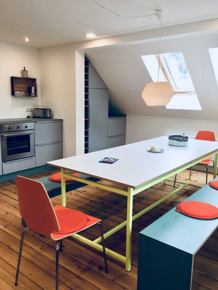 Küchenzeile und Esstisch in der Ferienwohnung